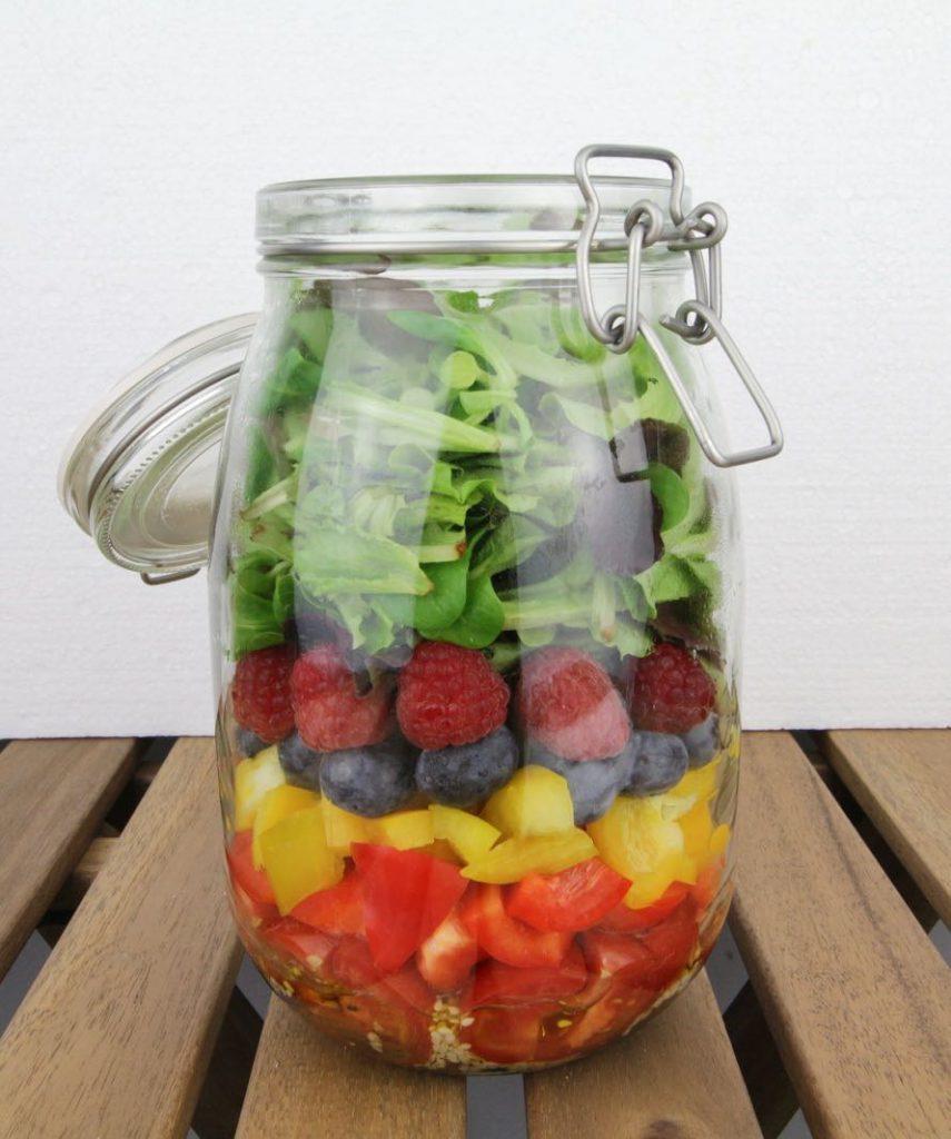 Fruchtiger Salat im Glas