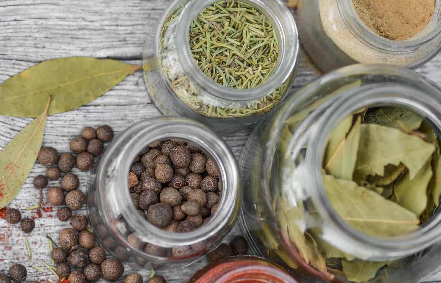 Mache deine Kräuter länger haltbar mit Öl, Salz und Eis